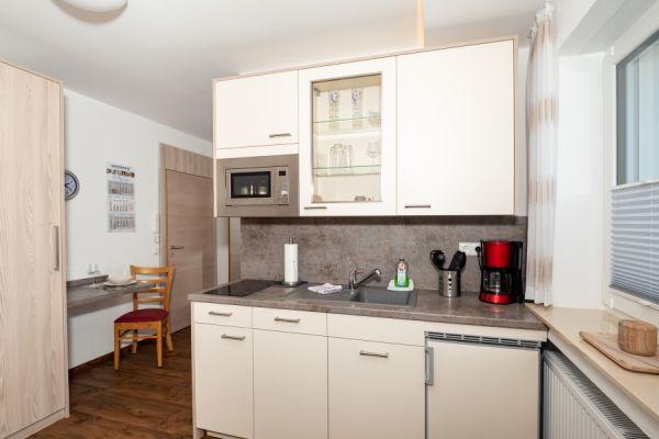 Küche und Eingangstür im Apartment Pader