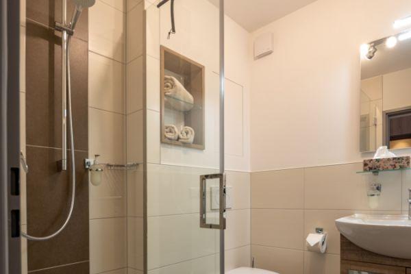 Dusche im Apartment Pader