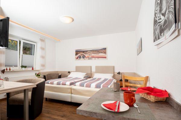 Bett, gestellt als Doppelbett, im Apartment Alme