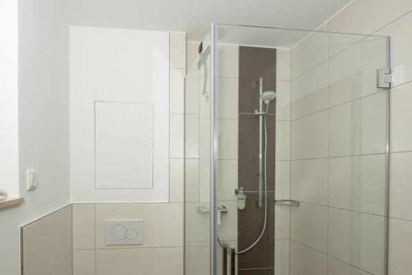 Dusche im Apartment Alme