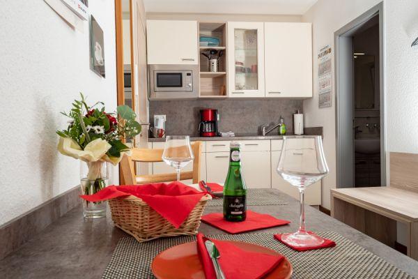 Essplatz und Küche im Apartment Alme